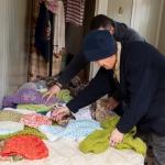 Haine și paturi croșetate și donate oamenilor străzii din Sectorul 6