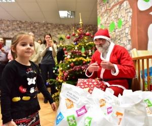 Spiriduşii lui Moş Crăciun au ajuns la copiii săraci din Sectorul 6